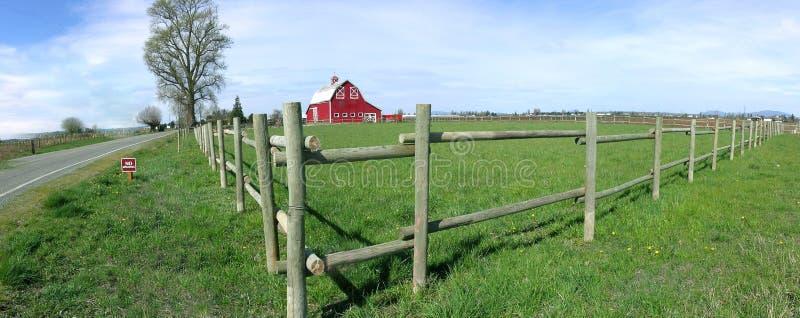 谷仓土气范围的全景 库存照片