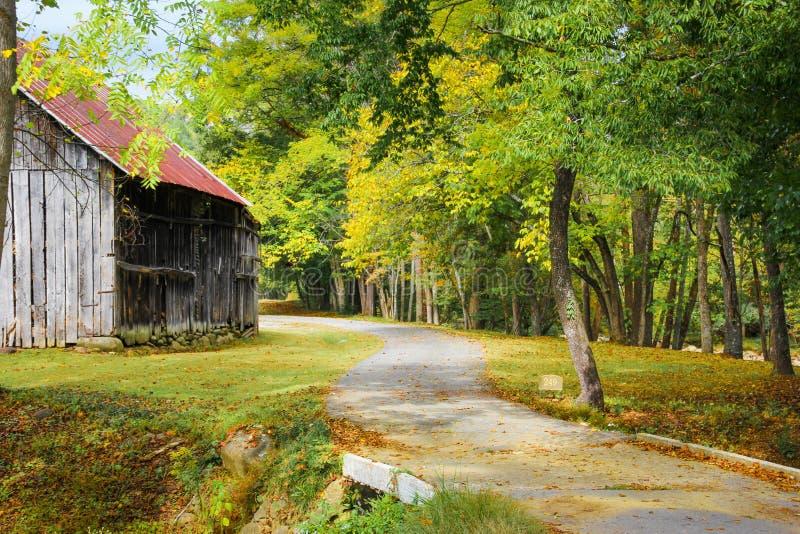 谷仓在秋天 库存图片