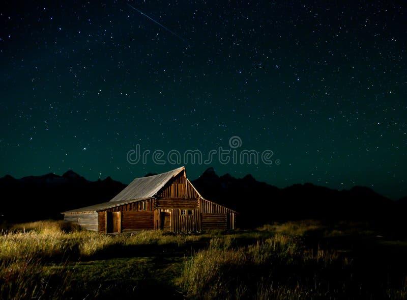谷仓在附近的天空 库存照片
