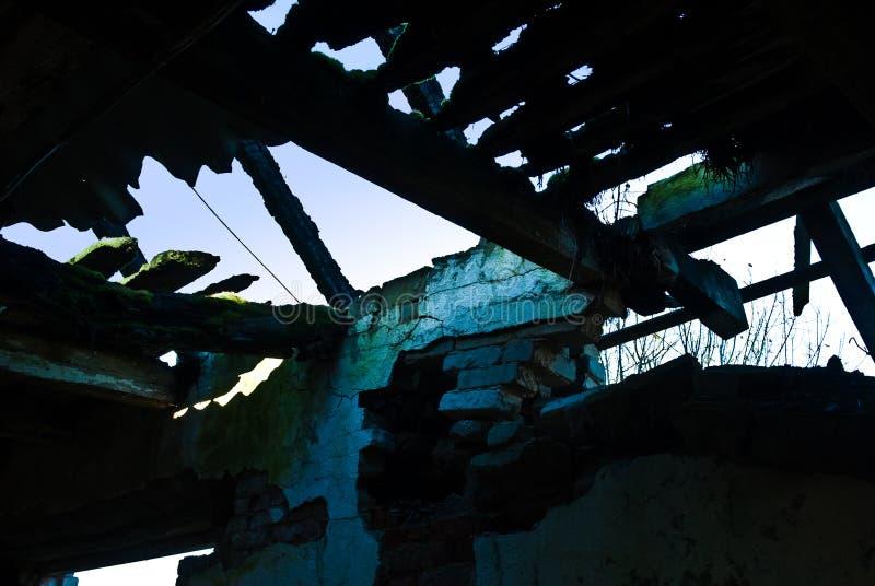 谷仓毁坏了昏暗地点燃 免版税图库摄影