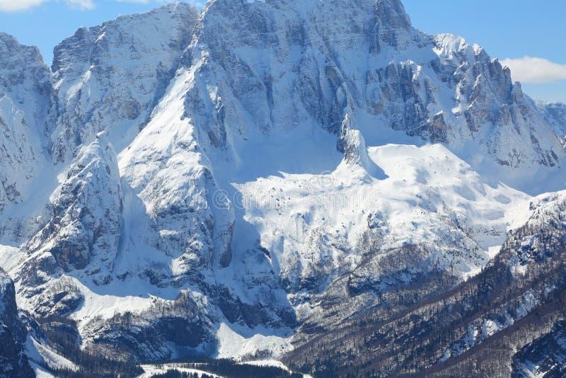 谷和山与白色雪 免版税图库摄影