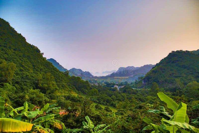 谷和山在猫Ba海岛 免版税库存照片