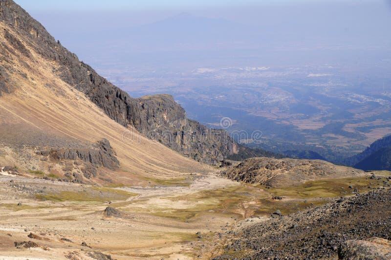 谷和烟雾看法从volcan Popocatepetl爆发从volcan伊斯塔西瓦特尔火山 库存照片