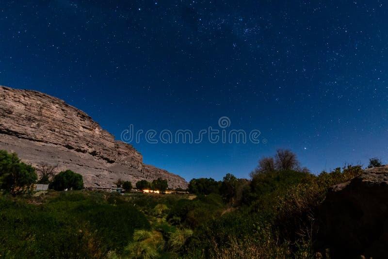 谷在月亮的光的阿塔卡马沙漠 库存照片
