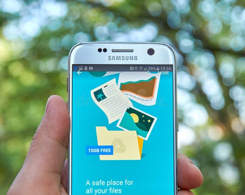 Download 谷歌驱动app 编辑类照片. 图片 包括有 移动电话, 数字式, 公司, 互联网, 现有量, 显示, 引擎 - 72365176