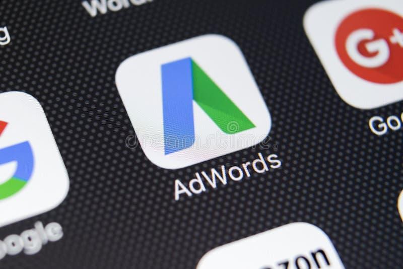 谷歌Adwords在苹果计算机iPhone x屏幕特写镜头的应用象 谷歌广告措辞象 谷歌AdWords应用 束起通信有概念的交谈媒体人社交 库存照片