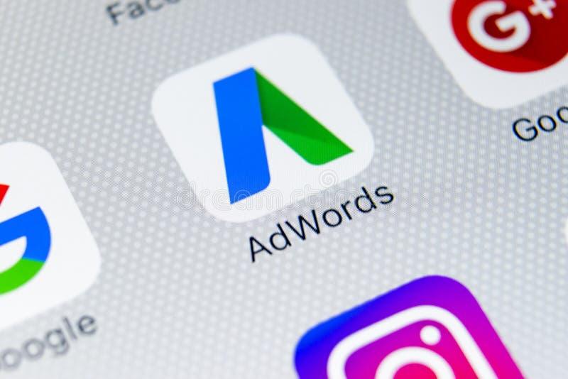 谷歌Adwords在苹果计算机iPhone x屏幕特写镜头的应用象 谷歌广告措辞象 谷歌AdWords应用 束起通信有概念的交谈媒体人社交 免版税库存照片