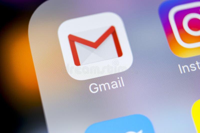 谷歌Gmail在苹果计算机iPhone x智能手机屏幕特写镜头的应用象 Gmail app象 Gmail是普遍的互联网网上e-ma 库存照片
