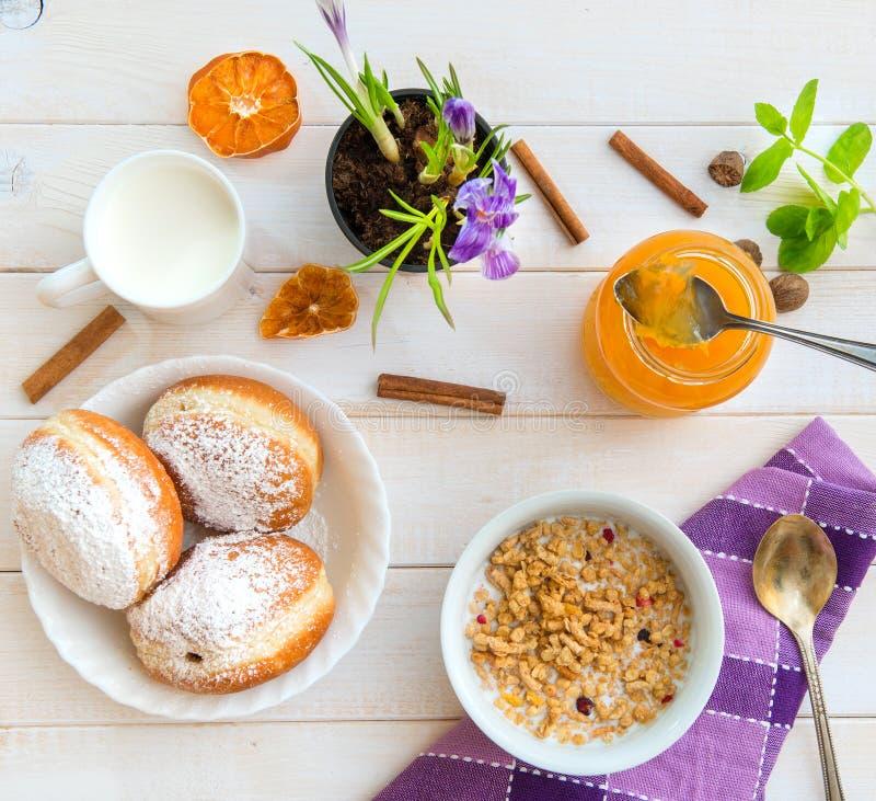 谷物,牛奶和油炸圈饼早餐图片