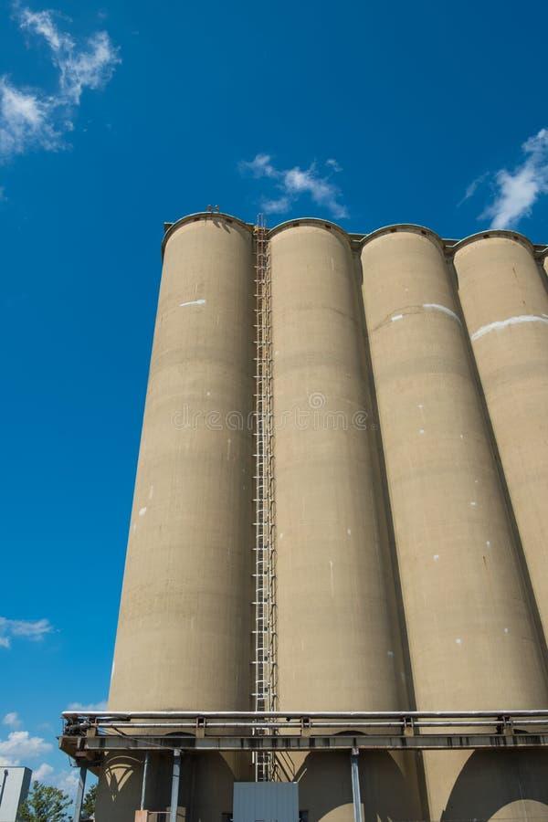 谷物仓库,一耕地设施comple的部分看法  免版税库存图片