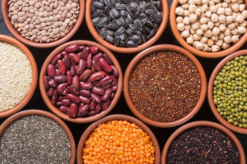 谷物和豆在碗 免版税库存图片