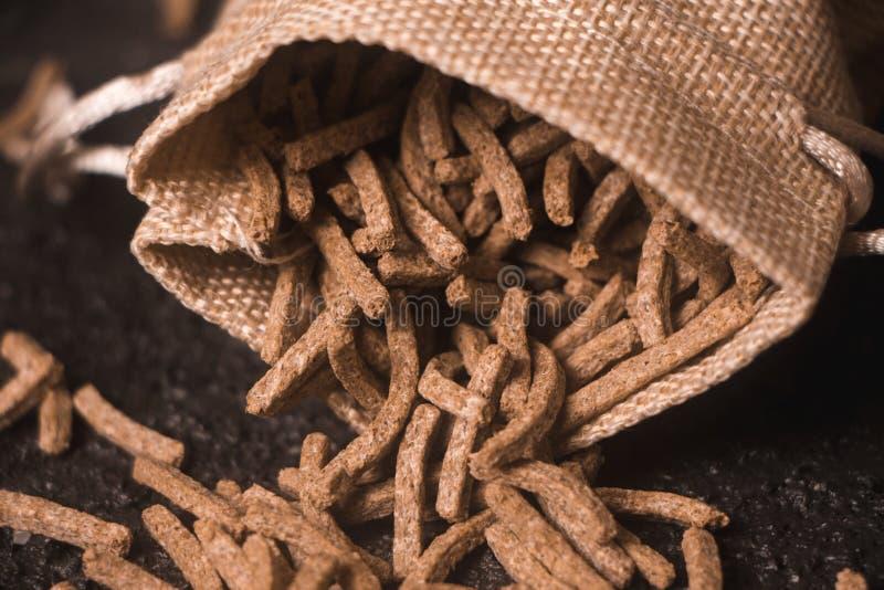 谷物在大袋的麸皮麦子 库存照片
