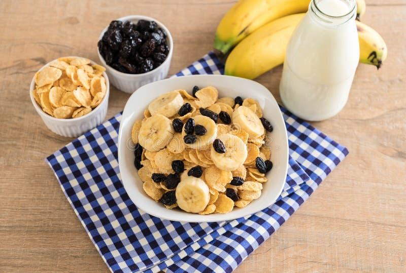 谷物用香蕉、葡萄干和牛奶 免版税库存图片