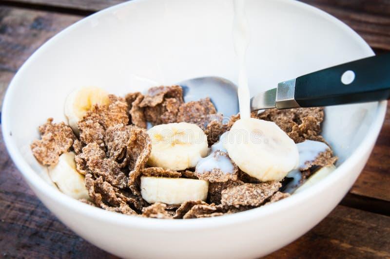 谷物用香蕉和牛奶 免版税库存图片