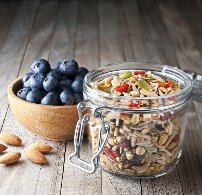 谷物蓝莓格兰诺拉麦片Muesli瓶子 免版税库存照片