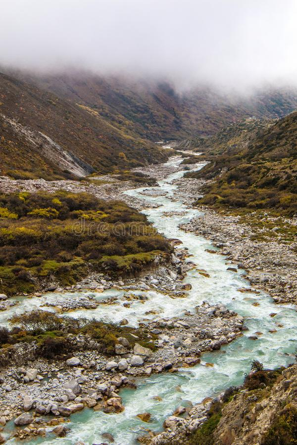谷的河,在对Dingboche的途中 免版税库存照片