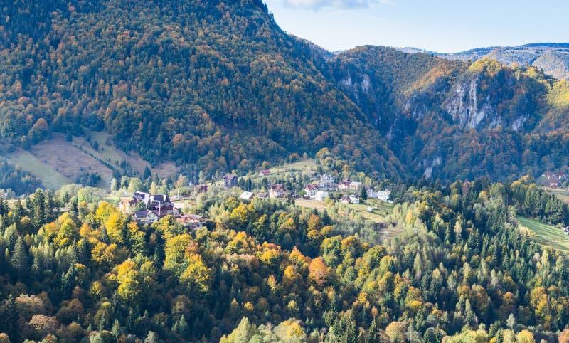谷的看法与村庄的喀尔巴阡山脉的脚的离麸皮城市的不远在罗马尼亚 库存照片