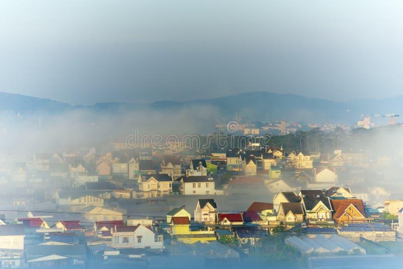 谷的美丽的雾盖子村庄与作为海岛的五颜六色的房子薄雾的第8部分 免版税图库摄影