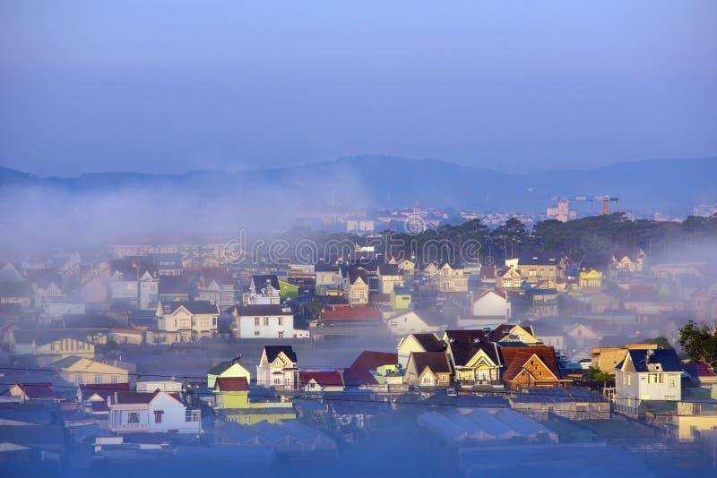谷的美丽的雾盖子村庄与作为海岛的五颜六色的房子薄雾第4部分的 库存照片