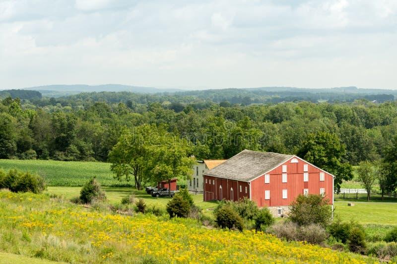 谷的谷仓如被看见从小山顶 库存照片
