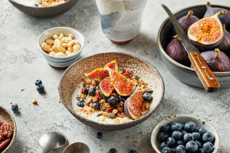 谷类早餐,包括新鲜浆果、种子和碗中无花果 库存照片