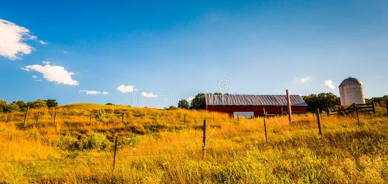 谷仓和篱芭在一片农田在雪伦多亚河谷,维尔京 免版税库存照片