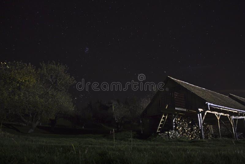谷仓在与星的晚上 图库摄影