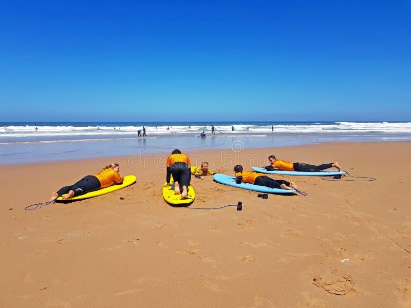 谷FIGUEIRAS,葡萄牙- 2018年7月28日:得到冲浪者的冲浪者 免版税库存图片