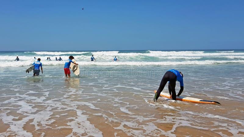 谷FIGUEIRAS,葡萄牙- 2018年7月19日:得到冲浪者的冲浪者 库存图片