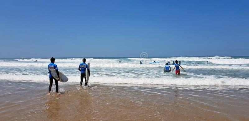 谷FIGUEIRAS,葡萄牙- 2018年7月19日:得到冲浪者的冲浪者 免版税库存图片