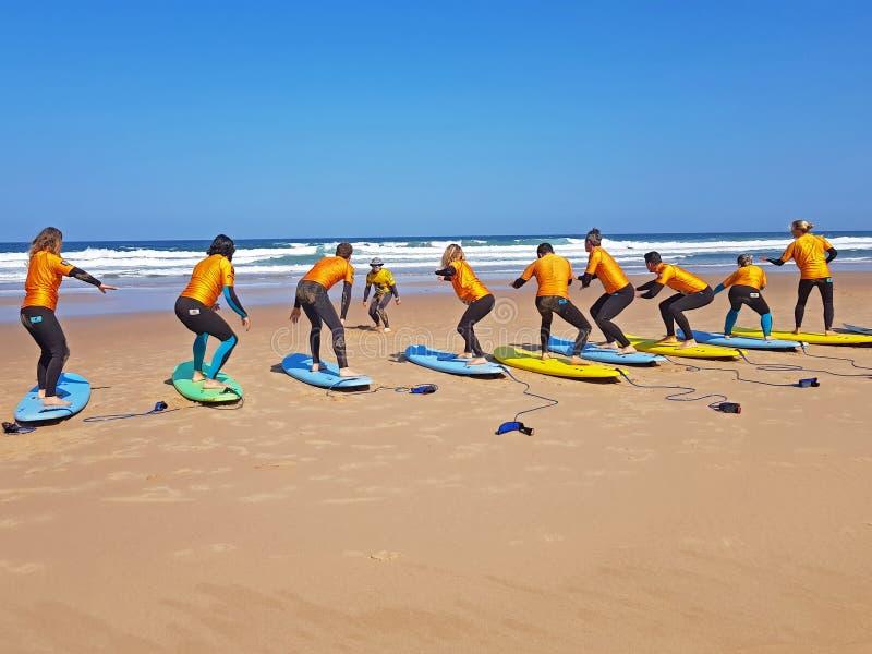 谷FIGUEIRAS,葡萄牙- 2018年8月25日:得到海浪的冲浪者 库存照片