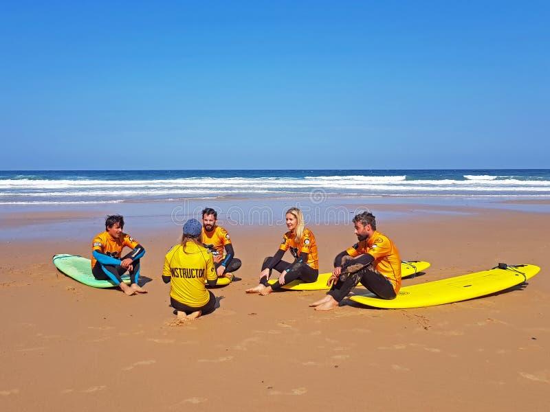 谷FIGUEIRAS,葡萄牙- 2018年8月25日:得到海浪的冲浪者 免版税库存照片