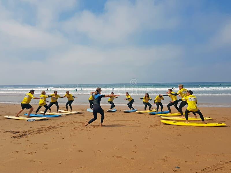 谷FIGUEIRAS,葡萄牙- 2018年9月13日:得到s的冲浪者 免版税库存图片