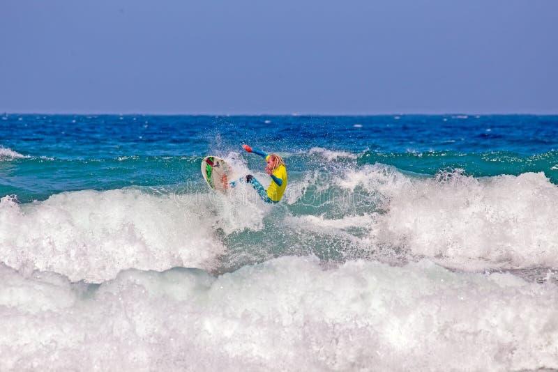 谷FIGUEIRAS,葡萄牙- 2018年8月25日:捉住wa的冲浪者 免版税图库摄影