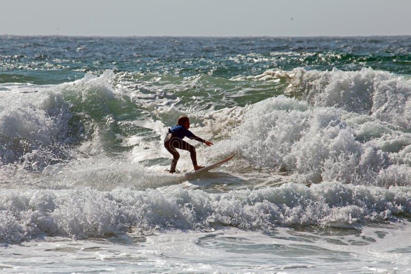 谷FIGUEIRAS,葡萄牙- 2018年8月25日:捉住wa的冲浪者 图库摄影