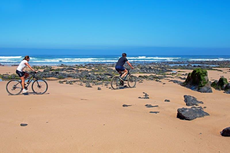 谷FIGUEIRAS,葡萄牙- 2018年8月14日:游人bikingon Th 免版税库存图片