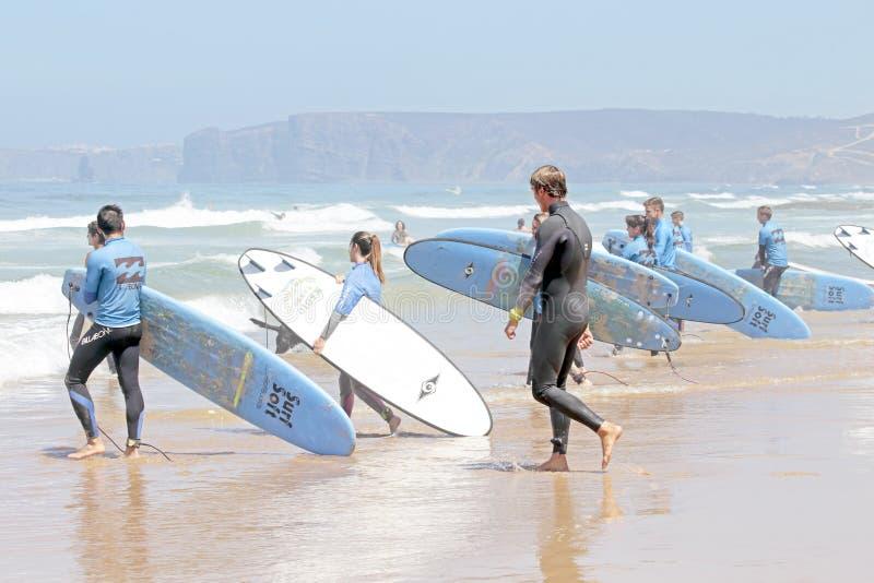 谷FIGUEIRAS,葡萄牙-得到海浪的冲浪者分类 免版税图库摄影