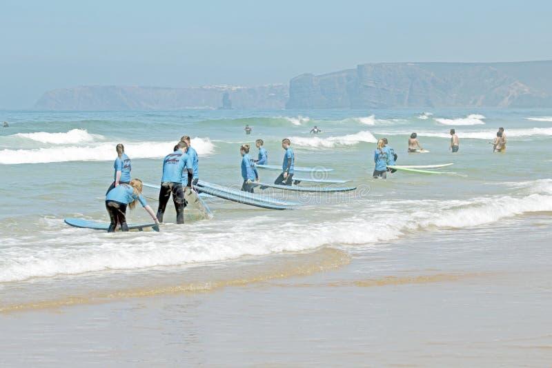 谷FIGUEIRAS,葡萄牙-得到海浪的冲浪者分类 图库摄影