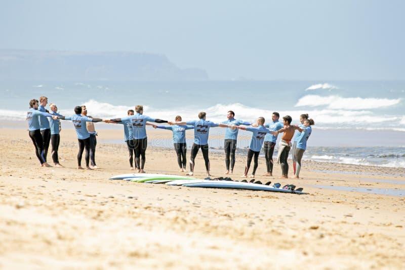 谷FIGUEIRAS,葡萄牙- 2014年8月16日:做excers的冲浪者 免版税库存照片