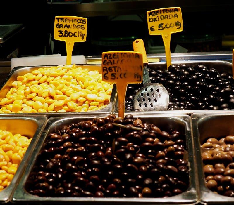豆和橄榄待售在法鲁葡萄牙 库存图片