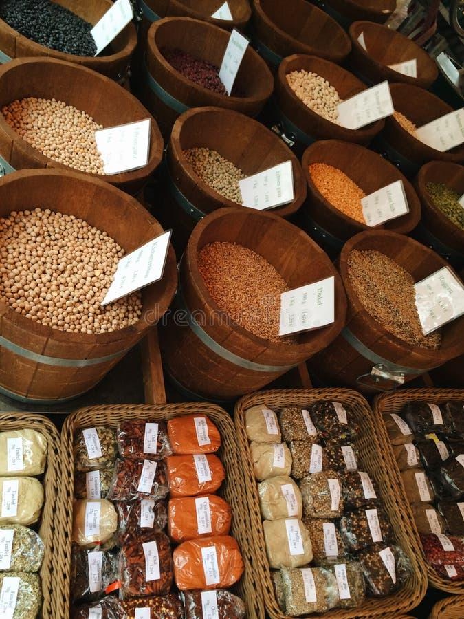 豆和香料摊位 库存图片