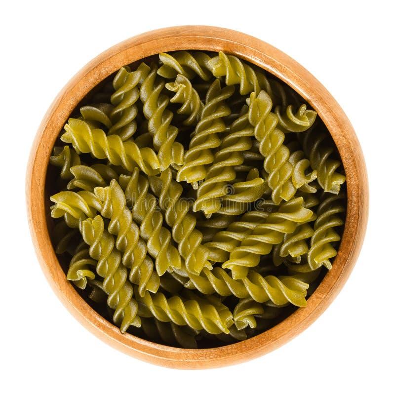 绿豆在木碗的fusilli面团在白色 库存照片