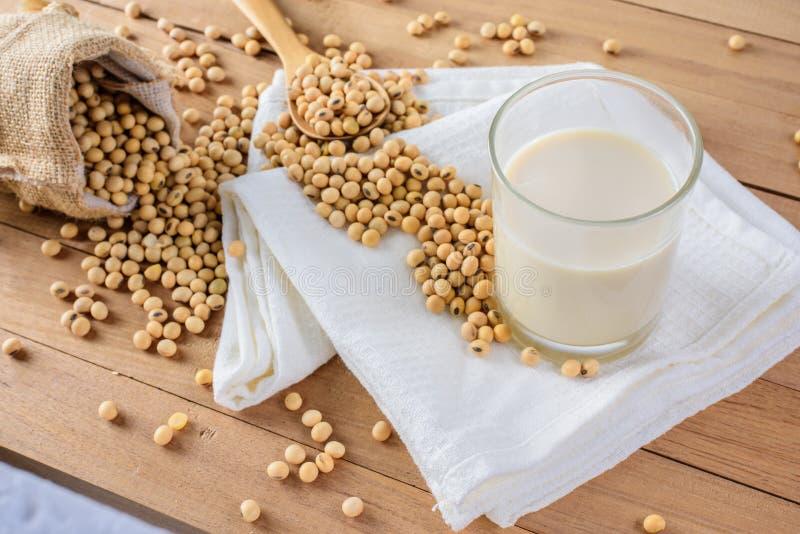 豆奶和豆 免版税图库摄影