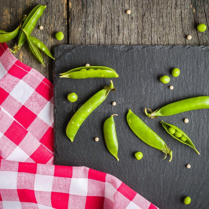 绿豆开放和闭合的药丸在黑石背景的 新鲜水果 收获 复制空间 免版税库存图片