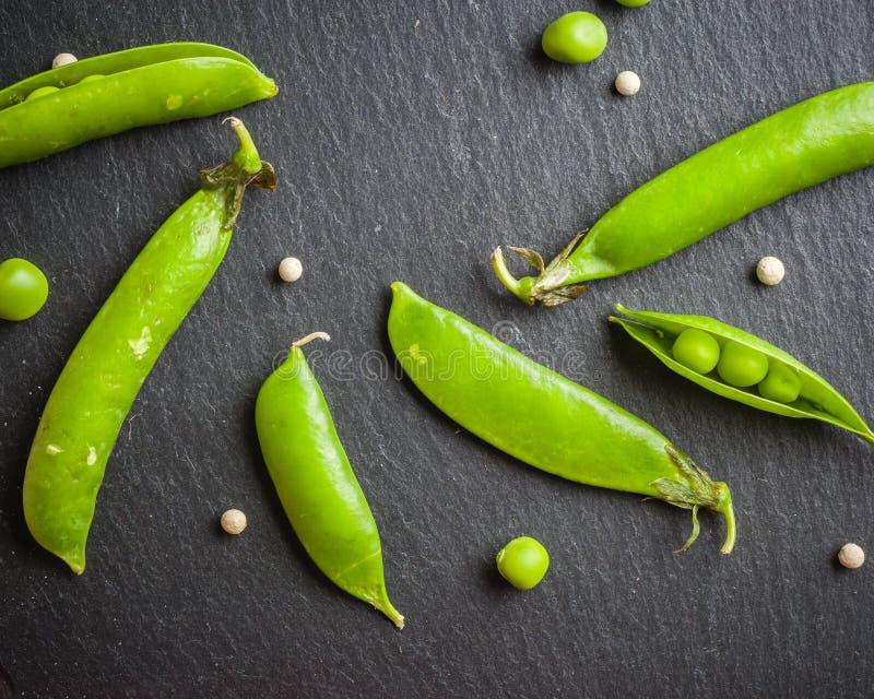 绿豆开放和闭合的药丸在黑石背景的 新鲜水果 收获 复制空间 图库摄影