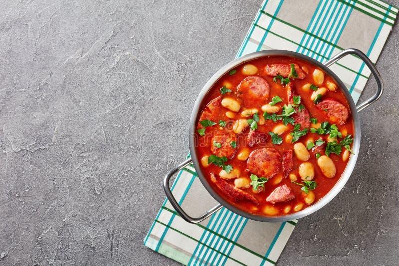豆炖用香肠、草本和香料 免版税库存照片
