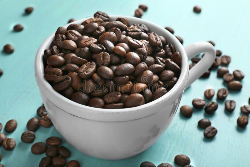 豆烤的咖啡杯 免版税库存照片