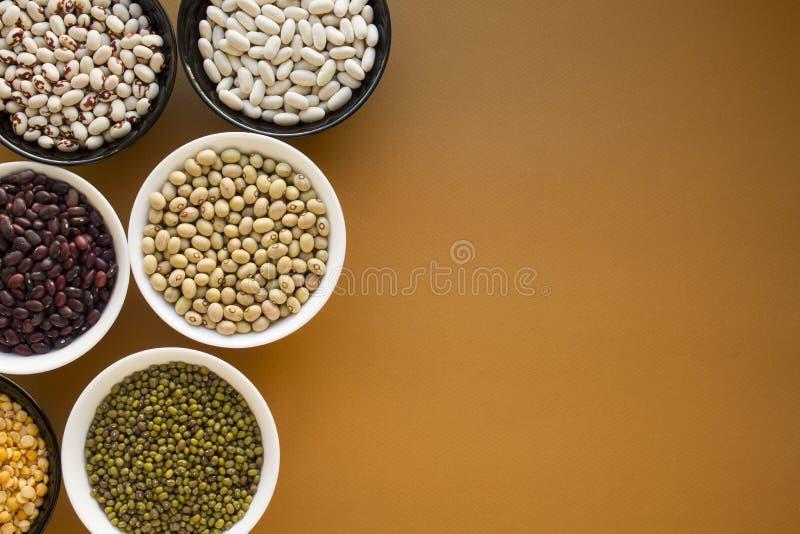豆的不同的类型在碗的 免版税库存照片