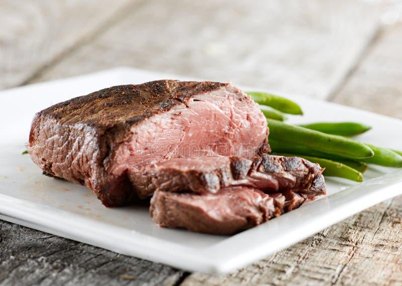 豆绿色牛腰肉排 免版税库存图片