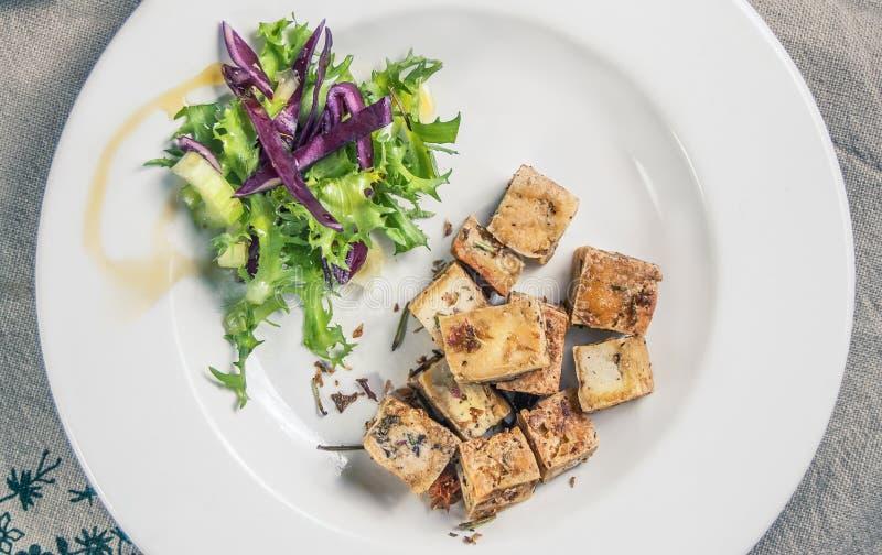 豆腐用香料和橄榄油 免版税库存图片